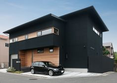 この写真「木と真っ黒な外観が和モダンに仕上がった外観」はfeve casa の参加建築家「鐘撞正也/フリーダムアーキテクツデザイン株式会社」が設計した「庇のある家」写真です。「和モダン」に関連する写真です。「外観が見たい 」カテゴリーに投稿されています。