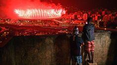 Unos niños observan desde una favela los fuegos artificiales del cierre de las Olimpiadas de Río 2016