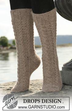 """Palmikolliset DROPS sukat kaksinkertaisesta """"Alpaca""""-langasta. ~ DROPS Design"""