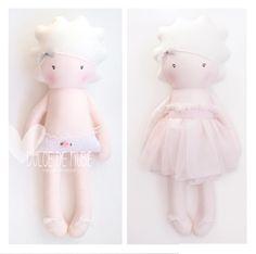 Hoy es el día mundial del 𝗔𝗥𝗧𝗘 𝘽𝙪𝙚𝙣𝙖𝙨 𝙣𝙤𝙘𝙝𝙚𝙨 𝙘𝙤𝙣 𝘼𝙧𝙩𝙚 como diría mi amiga Fabrizia ✨  #dulcedenube #diseño #arte #artesania #muñecasdetela #muñecasdetrapo #regalsbonics #fetama #kids #mamasdulce #mamas #mamasbarcelona #mibebe #primerapuesta #muñecasdeapego #baby #barcelona Barcelona, Teddy Bear, Toys, Animals, Clouds, Cloth Art Dolls, Good Night, Sweet, Activity Toys