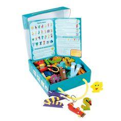 Complément naturel du livre des Alphas, la collection de 28 figurines représentant les Alphas donne vie à notre alphabet. Les manipuler est un excellent moyen pour votre enfant pour apprendre à reconnaître les lettres et leurs sonorités.