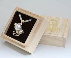 ハローキティ40周年限定ペンダント♪ | グッズ | ハローキティ40周年スペシャルサイト Hello Kitty Jewelry, Cat Jewelry, Sanrio