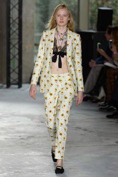 See all the Collection photos from Giambattista Valli Spring/Summer 2018 Ready-To-Wear now on British Vogue Fashion Week, High Fashion, Fashion Show, Fashion Ideas, Women's Fashion, Dandy, Couture Fashion, Runway Fashion, Paris Fashion