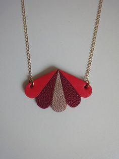 Collier sautoir chaîne pendentif pétales en cuir corail / bordeaux
