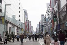 Chuo Dori in Ginza, Tokyo is closed to traffic on Sundays, making it a great place to enjoy a relaxed shopping day.