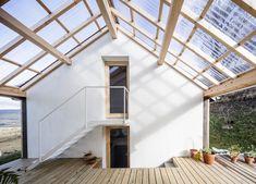 Polycarbonate roof over exposed timber framing to breezeway House in Villard-de-Lans Garcés - De Seta - Bonet Architects studio Wooden House Design, Piscina Interior, Charming House, A Frame Cabin, Roof Design, Design Design, Prefab Homes, Glass House, Interior Architecture