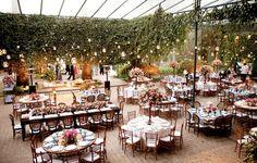 Um casamento cujo projeto de decoração, em rosa e azul, levou a assinatura da própria noiva, que é arquiteta. Cuidadosa e super detalhista, ela escolheu ca