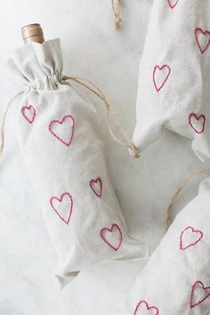 DIY Valentine's Day Embroidery Wine Bags – Valentinstag Geschenkideen Diy Gifts Cheap, Easy Diy Gifts, Creative Gifts, Valentines Day Decorations, Valentine Day Crafts, Love Valentines, Valentine's Day Quotes, Diy Valentine's Treat Bags, Diy Valentine's Treats