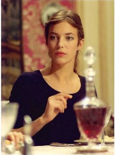 actual texture in low bun, how do achieve? braids with a curl holding product? Jane Birkin