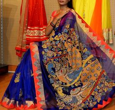Look graceful at the upcoming family function by wearing this newarrival designer kalamkari sarees with contrast blouses. Silk Saree Kanchipuram, Kalamkari Saree, Kota Silk Saree, Silk Sarees, Saris, Indian Attire, Indian Outfits, Indische Sarees, Indie Mode