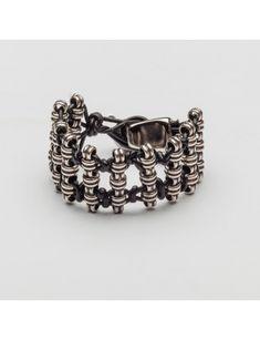 Pulsera Tucano. Pulsera con cordón encerado y piezas de plata. #pulseras #cordónencerado Accessories, Fashion, Toco Toucan, Handmade Crafts, Handmade, Silver Bathroom, Lanyards, Fur, Bangle Bracelets