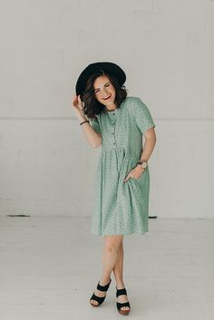 SHORT SLEEVE DRESS WITH DOT LIKE DETAIL. CINCHED WAIST. BUTTON CLOSURE.