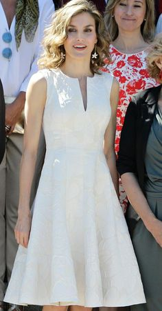 Queen Letizia in a white sleeveless dress Day Dresses, Short Dresses, Dress Skirt, Dress Up, White Sleeveless Dress, Little White Dresses, Royal Fashion, Chic Outfits, Dress Patterns