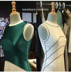 EO Costura por Estanislao work in progress using eometric pattern making syst. - Best Sewing Tips Fashion Sewing, Diy Fashion, Ideias Fashion, Dress Sewing Patterns, Clothing Patterns, Draping Techniques, Couture Sewing Techniques, Pattern Draping, Couture Details