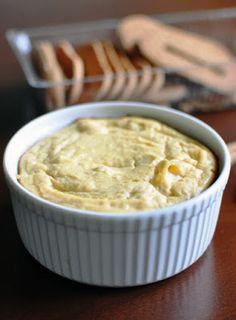 SERNICZEK Z RICOTTY na ciasteczkowym spodzie Przepis (jedna porcja): 40g ciasteczek maślanych 10g masła 1 (małe) jajko 150g sera ricotta 1 łyżeczka mąki ziemniaczanej ziarenka z 1/2 laski wanilii Piekarnik nastawić do 180 stopni (opcja grzania: góra i dół). Ciasteczka maślane pokruszyć. Masło rozpuścić, wymieszać dokładnie z pokruszonymi ciasteczkami. Przełożyć na dno kokilki, wyrównać za pomocą łyżki, wstawić do lodówki na około 15 minut. W tym czasie w osobnej misce