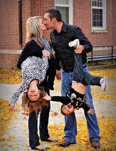 LOL family photo pose idea! Mom & dad kissing & laughing and holding kids upside down. Couple & children photo shoot (Christmas card idea!)