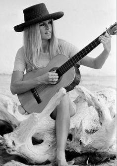 Bardot + chapeau + guitar!