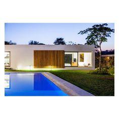 "162 Likes, 2 Comments - Gabriel Garbin (@gabrielgarbin) on Instagram: ""Casa TJ01   Itu , SP, Brasil   foto @rtnetto   #gabrielgarbinarquiteto #arquiteturabrasileira…"""