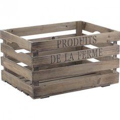 """Cette jolie caisse en bois vous facilitera le rangement ou vous sera utile pour le stockage de vos produits ! Fabriquée en bois vieilli, elle dispose d'une finition raffinée et de deux poignées latérales. Son inscription """"Produits de la ferme"""" donnera un style déco authentique à votre intérieur ! Ajourée, elle laisse respirer le contenu. Dimensions : 40 x 30x22"""