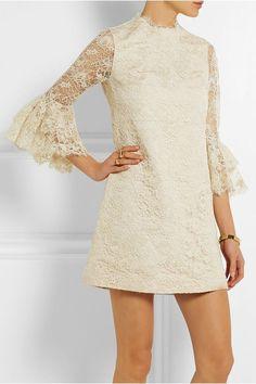 Los vestidos de novia corto son perfectos para una boda civil, en el campo, urbana, en la playa... Las novias que suelen lucir vestidos cortos brillan por tener una personalidad atrevida y no convenci