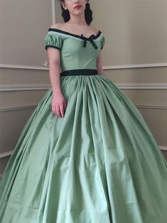 Robe période second empire en coton Spring Fashion, Girl Fashion, Second Empire, Silk Gown, Vintage Gowns, Green Cotton, Fitted Bodice, Day Dresses, Pink Dress