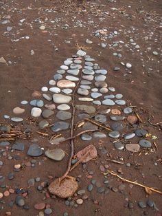 beach art Beach Rock Art, Beach Rocks, Beach Walk, Land Art, Australian Christmas, Body Art Photography, Stone Crafts, Beautiful Rocks, Beach Crafts