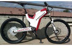 Hawk Bikes hat auf der Intermot in Köln ein E-Bike der kraftvolleren Art vorgestellt: Das Hawk E-Freerider. Das E-Bike schafft Geschwindigkeiten bis 70 km/h - hier finden Sie Bilder und Infos zu Hawks E-Bike-Kracher.