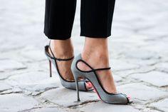 Street-Style - VOGUE, salto, sapatos, cinza, preto, diferente