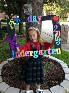 Back to school - first day photo frame Say cheese! Make this super cute photo prop for the first day of school in just one night. Going back to school is always fun! First Day Of School Pictures, First Day School, Beginning Of School, School Photos, Pre School, Starting School, Kindergarten Pictures, Kindergarten First Day, Kindergarten Graduation