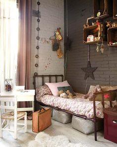 Dormitorio niña estilo industrial. Me gusta la idea de usar cajas de frutas como estanterias
