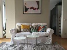 Weiße Couch mit farbigen Kissen, flauschiger Teppich, Kunstdruck. #wohnzimmer #münchen