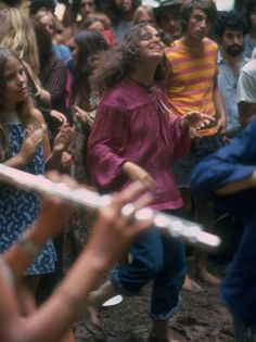 Photos of Woodstock Festival in 1969 - Thank A Hippie — Hippies Changed The World! 1969 Woodstock, Woodstock Festival, Woodstock Music, Woodstock Photos, Woodstock Hippies, Hippie Love, Hippie Style, Hippie Masa, Hippie Vibes