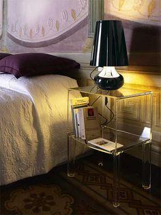 Klassische Form, modernes Material, zeitlose Funktion – der transparente Beistelltisch Ghost Buster von Philippe Starck eignet sich auch als Nachttisch und ist überall dort zur Stelle, wo Ablagefläche gebraucht wird. Das lichtdurchlässige Material schafft eine ganz besonders gemütlich-gediegene Atmosphäre und kommt vor allem im Schlafzimmer ganz besonders gut zur Geltung. Das zusätzliche Zwischenfach bietet ausreichend Platz für diverse Gegenstände. Ein schönes Möbel für schöne Behausungen!