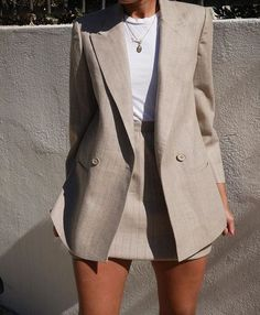 How To Create a Capsule Wardrobe + Free Planner If you have a closet full of clothes with nothing to wear this article is perfect for you. I will show you step-by-step how to build a spectacular capsule wardrobe and as a bonus, give. Classy Outfits, Casual Outfits, Summer Outfits, Office Outfits, Blazer Outfits, Office Wear, Casual Office, Office Chic, Office Attire