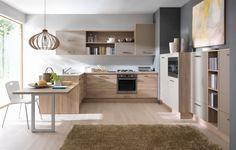 Drewno doskonale prezentuje się w otwartych kuchniach. Ciekawym rozwiązaniem będzie, jeśli zabudowa kuchni przewiduje półwysep, przedłużenie go i wykorzystanie jako stół. Fot. BRW