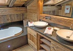 Il bagno in legno con inserti in pietra. Idee Case Canuto