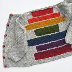 En deilig helårsjakke som strikkes i ett stykke, helt uten montering! Intarsia Knitting, Sweater Knitting Patterns, Knitting Designs, Knitting For Charity, Knitting For Kids, Baby Knitting, Pull Bebe, Knit Baby Sweaters, Baby Cardigan