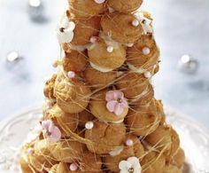 Un dolce di pasticceria a casa vostra: una piramide di bigné con profumata crema al limone, tenuti insieme da una colata di caramello croccante.