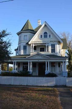 102 Short Bay Hattiesburg, Mississippi- The Dunn House is an architectural marvel built in Queen Anne style of Victorian era. Victorian Life, Victorian Houses, Abandoned Houses, Old Houses, Fancy Houses, Victorian Architecture, Architecture Details, Colonial, Art Nouveau