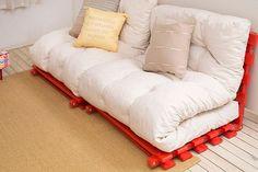 Os pallets podem também ser um ótimo jeito de relaxar e deixar se cantinho com muito estilo e conforto