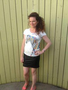 Coolt sommer outfit - sæt en sej printet tee til vores BLASH paliette skirt,  nu KUN 210 kr Shop det her: http://www.blackswanfashion.dk/produkt-visning/blash-sequins-skirt.aspx