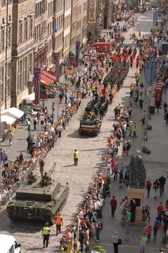 The Royal Scots Dragoon Guards, Scotland's only Tank Regiment, took one of their 62 Tonne Challenger 2 Main Battle Tank down Edinburgh's Royal Mile, as they exercised their Freedom of the City of Edinburgh Military Insignia, Highlanders, Glasgow Scotland, Battle Tank, Remembrance Day, Tonne, Dad Birthday, Military Vehicles, Soldiers