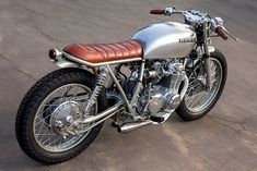 Check out this amazing brat motorcycle cafe racers - what an ingenious style Cb 500 Cafe Racer, Cafe Racer Honda, Cafe Racer Build, Cafe Racers, Womens Motorcycle Helmets, Cafe Racer Motorcycle, Cafe Bike, Motorcycle Girls, Vintage Bikes
