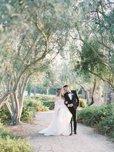 How to Seamlessly Blend Dark Colors with Light, Airy Hues for the Ultimate Ethereal Look Wedding Dress Trends, Wedding Gowns, Wedding Ideas, Bridal Hair Half Up Half Down, California Wedding, Southern California, Fine Art Wedding Photography, Film Photography, Bridal Party Shirts