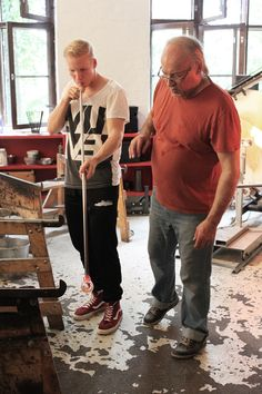 First-timer Anssi is trying glassblowing at the Glass studio Mafka&Alakoski with guidance from master glassblower Kari Alakoski.  Ensikertalainen Anssi on kokeilemassa lasinpuhallusta Lasistudio Mafka&Alakoskessa lasinpuhaltajamestari Kari Alakosken opastuksella.