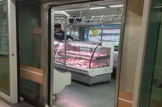Visual Merchandising / Display: Subway Car Grocery Stores - This Subway Grocery Store Lets Commuters Shop While They Travel