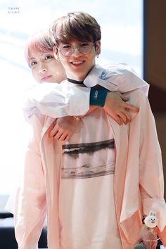 Jungkook e Jhope Jimin, Vlive Bts, Jungkook Jeon, Kookie Bts, Kim Taehyung, Hoseok Bts, Bts Bangtan Boy, Jungkook Glasses, Jhope Cute