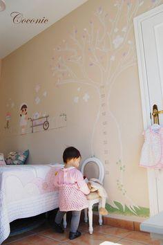 Mural pintado a mano de Coconic para decorar la habitación de Marina.