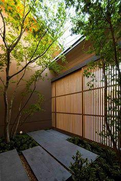 自然綠意映射的住宅,最高。 這個位於奈良的住宅,是上町研究所的設計作品,以木造結合大面積玻璃窗景設計的二世帶住宅,是個不互相干擾的兩個獨立家庭,能夠同住在一個屋簷下共享庭院的自然綠意,真的是非常好的居住選擇。 via 株式会社上町研究所