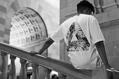 """Photographe: Tron Mannequin: Louie P Fondé en 2010 par Lev Tanju à Londres, Palace Skateboards est rapidement devenu une des plus grandes marques de skate dans le monde. Malgré la popularité, Palace est resté fidèle à la culture skate des années 90s qui a fortement influencé le groupe d'amis qui est au sein de la marque. Du """"Palace Wayward Boys Choir"""" à Palace Skateboards, l'attitude """"j'men fous"""" est demeurée, ce qui a fortement contribué au succès de la marque. Jetez un coup d'oeil à..."""